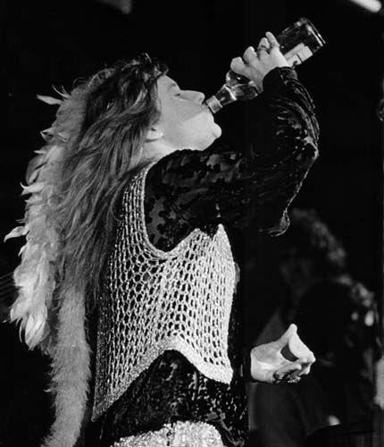 Janis_Joplin_drinking